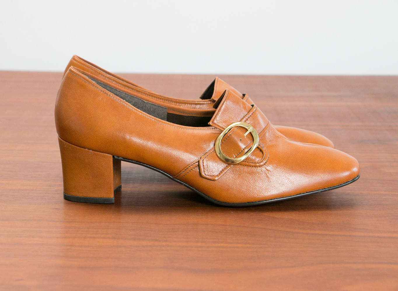 10fa7d0c1248 vintage-1960s-1970s-deadstock-nos-womens-shoes-jcpenney -gaymode-size-8-5-m-leather-tan-heals-mid-century-1.jpg